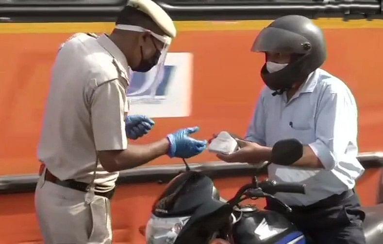 Delhi Weekend Curfew : Delhi Weekend Curfew : दिल्ली में चप्पे-चप्पे पर पुलिस के जवान तैनात, बिना वजह बाहर निकलने वालों पर दर्ज हो रहे मुकदमे
