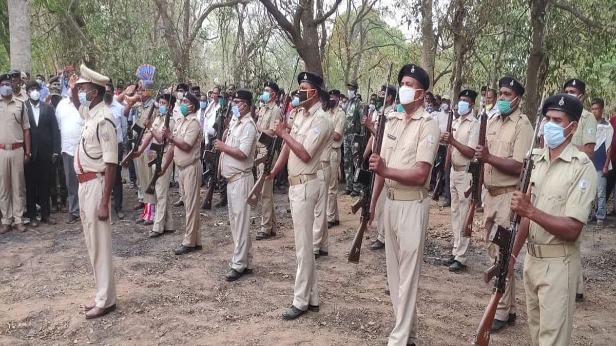 Jharkhand news : बिहार के पूर्व मंत्री बंदी उरांव के पार्थिव शरीर को अंतिम सलामी देते झारखंड पुलिस के जवान.