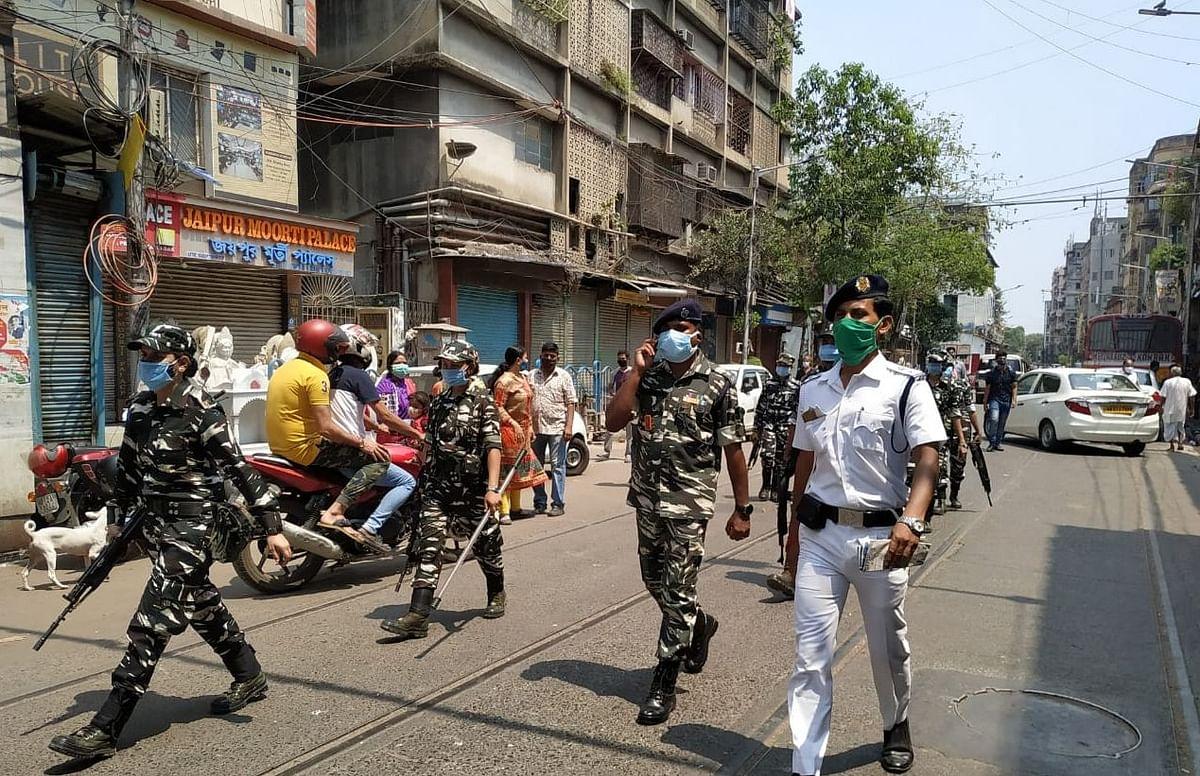 बंगाल चुनाव 2021: कोलकाता और बीरभूम में बमबाजी के बाद सड़क पर उतरे सेंट्रल फोर्स जवान, देखें तस्वीर