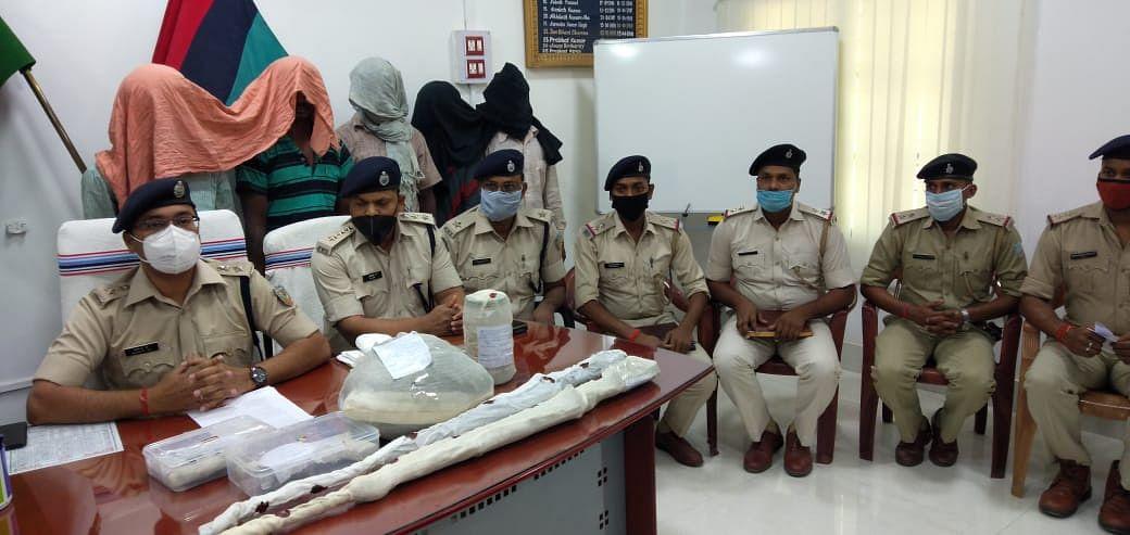 Jharkhand Crime News : चतरा पुलिस ने परमेश्वर हत्याकांड का किया खुलासा, पांच अपराधी हथियार के साथ गिरफ्तार, जेपीसी के पूर्व नक्सलियों ने इसलिए कर दी थी दिनदहाड़े हत्या