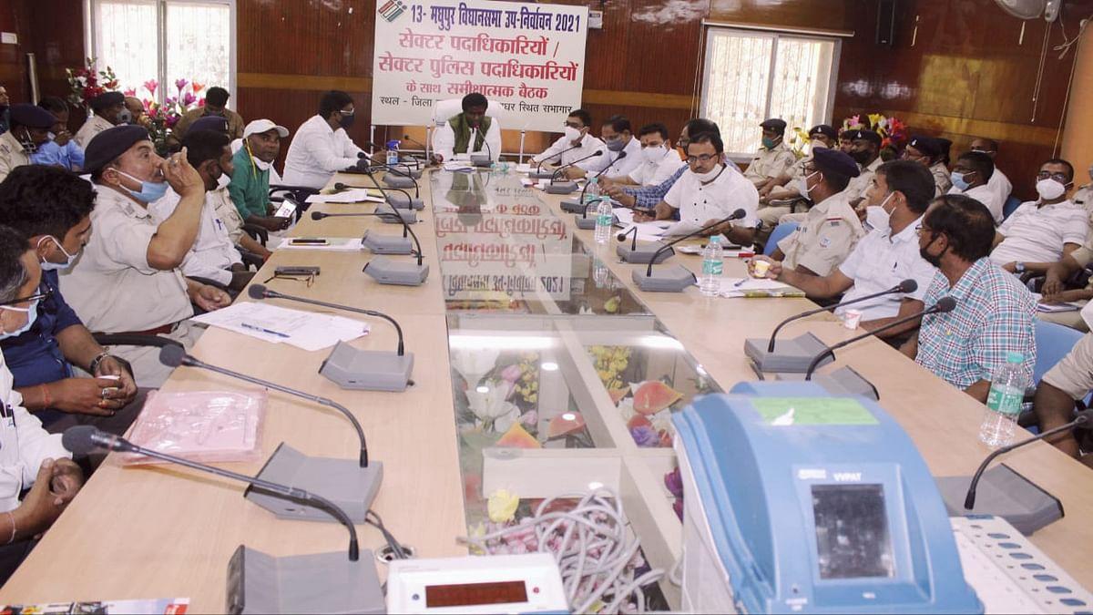 Madhupur Byelection 2021 : मधुपुर उपचुनाव में संकीर्ण रास्तों से बूथों तक पहुंचने के लिए बाइक दस्ता का होगा उपयोग, सुरक्षा व सुविधा के इंतजाम पर जोर