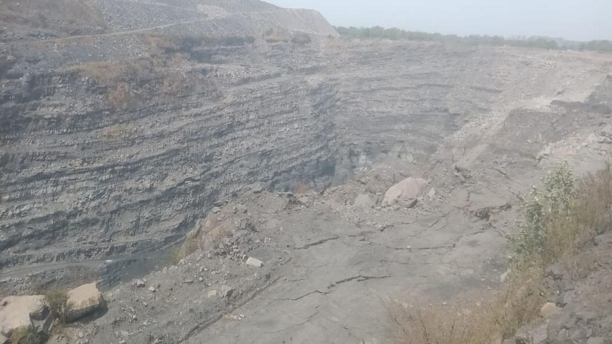 Jharkhand news : कतरास के बंद पड़े आकाशकिनारी कोलियरी में चाल घंसने से कई लोग बाल-बाल बचे.