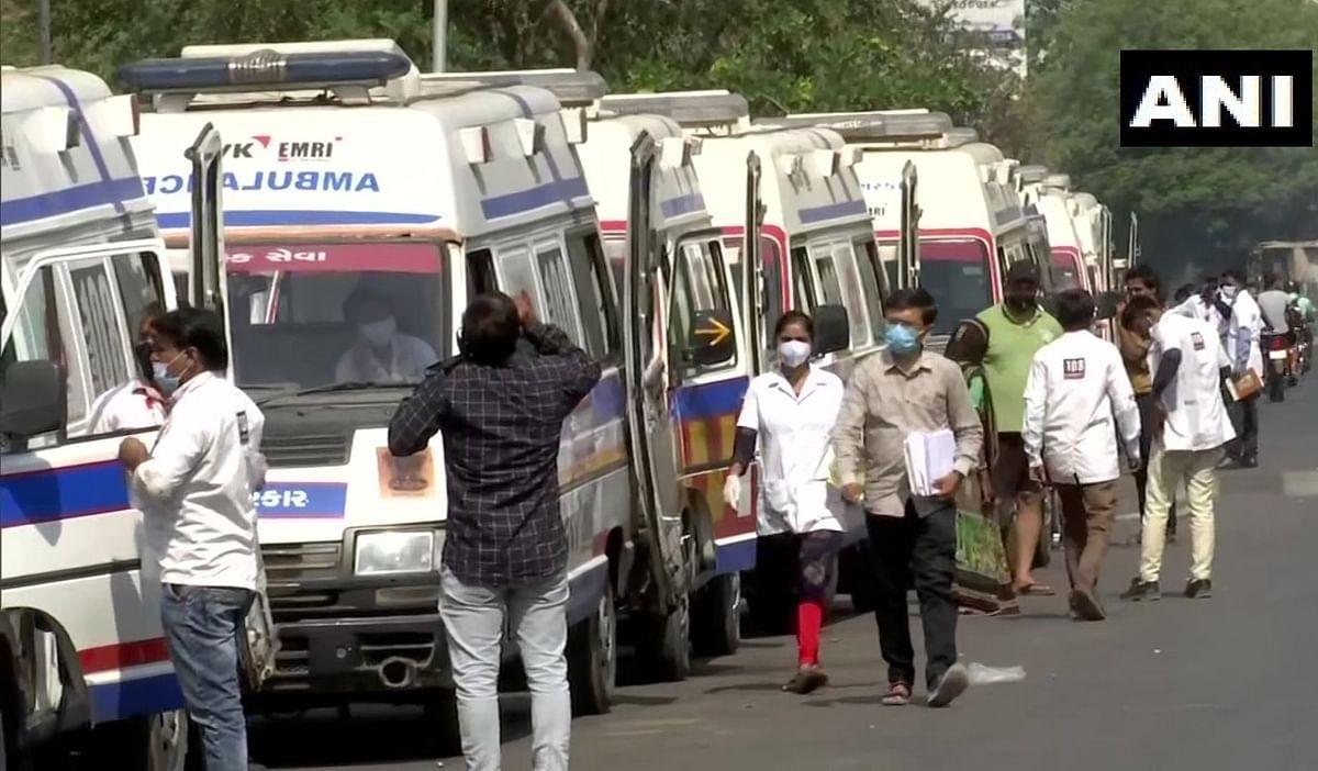 Gujrat Corona Update: अब गुजरात से भी आएं डराने वाली तस्वीरें, अस्पताल के बाहर एंबुलेंस की लंबी कतार