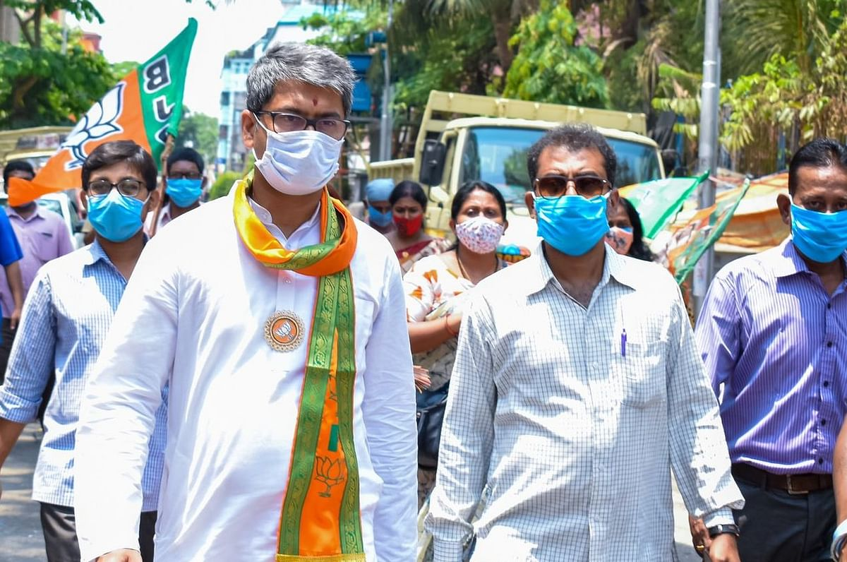 VIDEO: TMC समर्थकों ने मानिकतला में BJP कैंडिडेट कल्याण चौबे को घेरा, कार के सामने करते रहे हंगामा