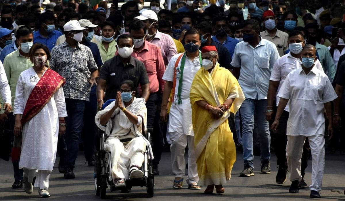 बाकी चरणों के प्रचार पर रोक संभव, आखिरी चरण के लिए कोलकाता की सड़कों पर उतरीं ममता