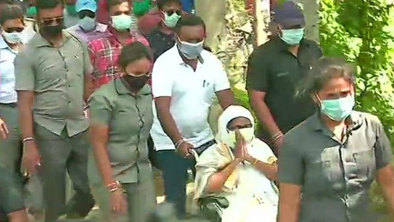 ममता के पहुंचते ही नंदीग्राम के बोयाल में भिड़े भाजपा-तृणमूल कार्यकर्ता, TMC सुप्रीमो पर लगा हिंसा फैलाने का आरोप