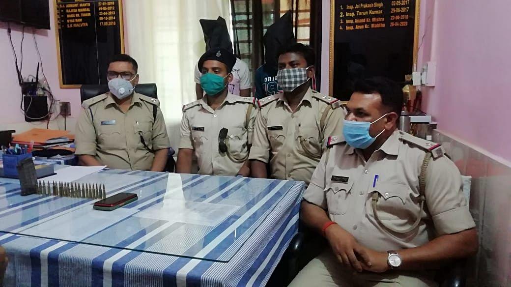 Jharkhand Crime News : इंसास राइफल की मैगजीन में भरी 20 गोलियों के साथ पलामू से दो अपराधी गिरफ्तार, मास्टरमाइंड हुआ फरार