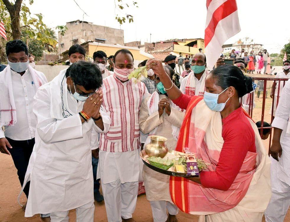 Sarhul 2021 : मधुपुर दौरे से रांची लौटे सीएम हेमंत सोरेन, सरहुल पर सिरम टोली सरना स्थल पर की पूजा अर्चना, कोरोना के बढ़ते संक्रमण को लेकर झारखंड के लोगों से की ये अपील