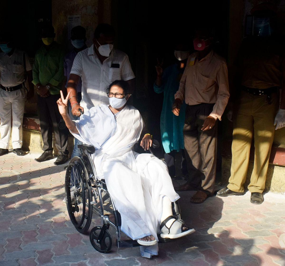 मतदान करने के बाद ममता बनर्जी