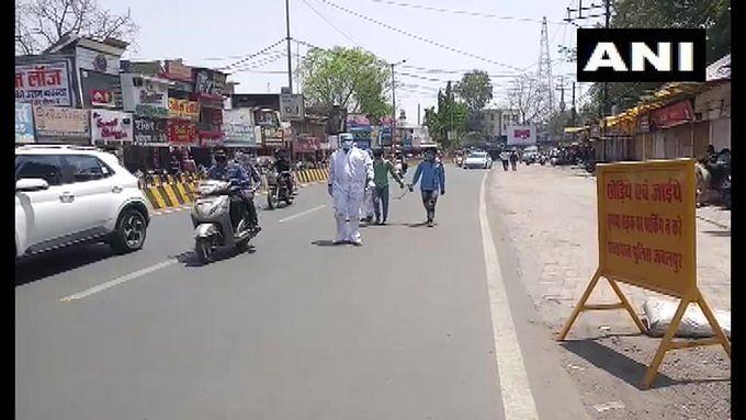 पुलिस ने कोरोना पॉजिटिव और निगेटिव को एक ही हथकड़ी में जकड़ा और करा दिया पैदल मार्च