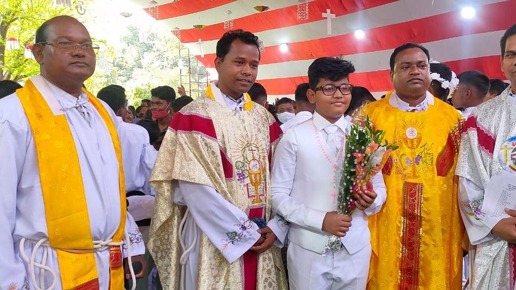 सिमडेगा : परम प्रसाद मनुष्य को ईश्वर से जोड़ने का विधान है, बोले फादर राजेश