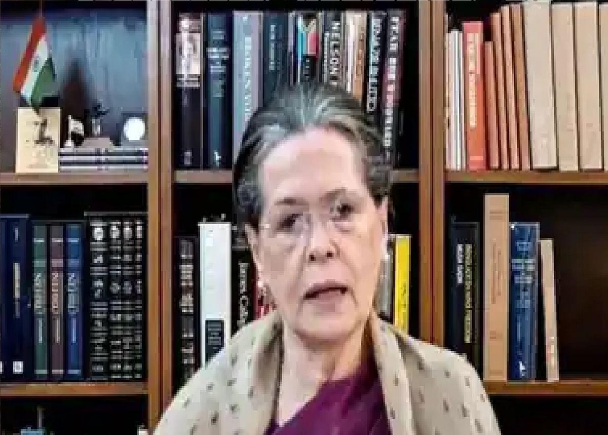 सोनिया गांधी ने सीडब्ल्यूसी की बैठक में साधा सरकार पर निशाना- वैक्सीनेशन के लिए उम्र घटना की मांग, गरीबों को हर महीने छह हजार रुपये देने की अपील