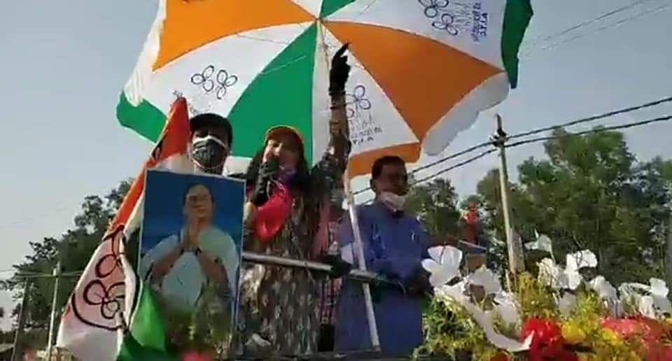 TMC कैंडिडेट के लिए बाॅलीवुड अभिनेत्री अमीषा पटेल ने किया रोड शो, लोगों की उमड़ी भीड़
