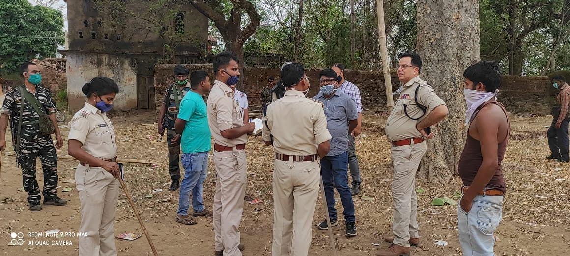 Jharkhand Crime News : सरायकेला में शिव पूजा में लगी भीड़ हटाने के लिए पुलिस ने किया लाठीचार्ज, आक्रोशित ग्रामीणों के साथ हुई झड़प में थाना प्रभारी समेत कई घायल, पुलिस ने नौ ग्रामीणों को भेजा जेल
