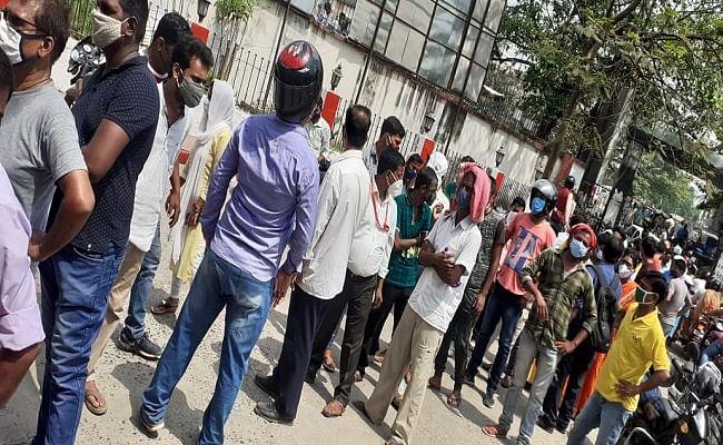 Coronavirus In Bihar: कोरोना संकट गहराया तो वैक्सीन लेने के लिए लंबी लाइन में लग रहे लोग, कोविड टेस्ट के लिए भी घंटों इंतजार