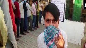 UP Panchayat Chunav : बाराबंकी में पीठासीन अधिकारी बीमार, नहीं शुरू हो पाया मतदान, कोरोना संक्रमण से बचने के लिए ऐसे वोट डालने पहुंच रहे हैं वोटर