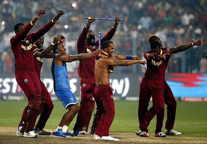 VIDEO: एक दिन में वेस्टइंडीज ने जीते थे दो वर्ल्ड कप, लगातार 4 छक्के लगाकर ब्रैथवेट ने रचा था इतिहास, रो पड़े थे इंग्लैंड के खिलाड़ी
