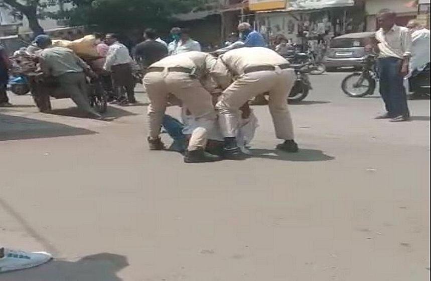 बिना मास्क के सड़क पर दिखा ऑटो ड्राइवर तो पुलिस वालों ने की बेरहमी से पिटाई, Video Viral होने के बाद दो कांस्टेबल सस्पेंड