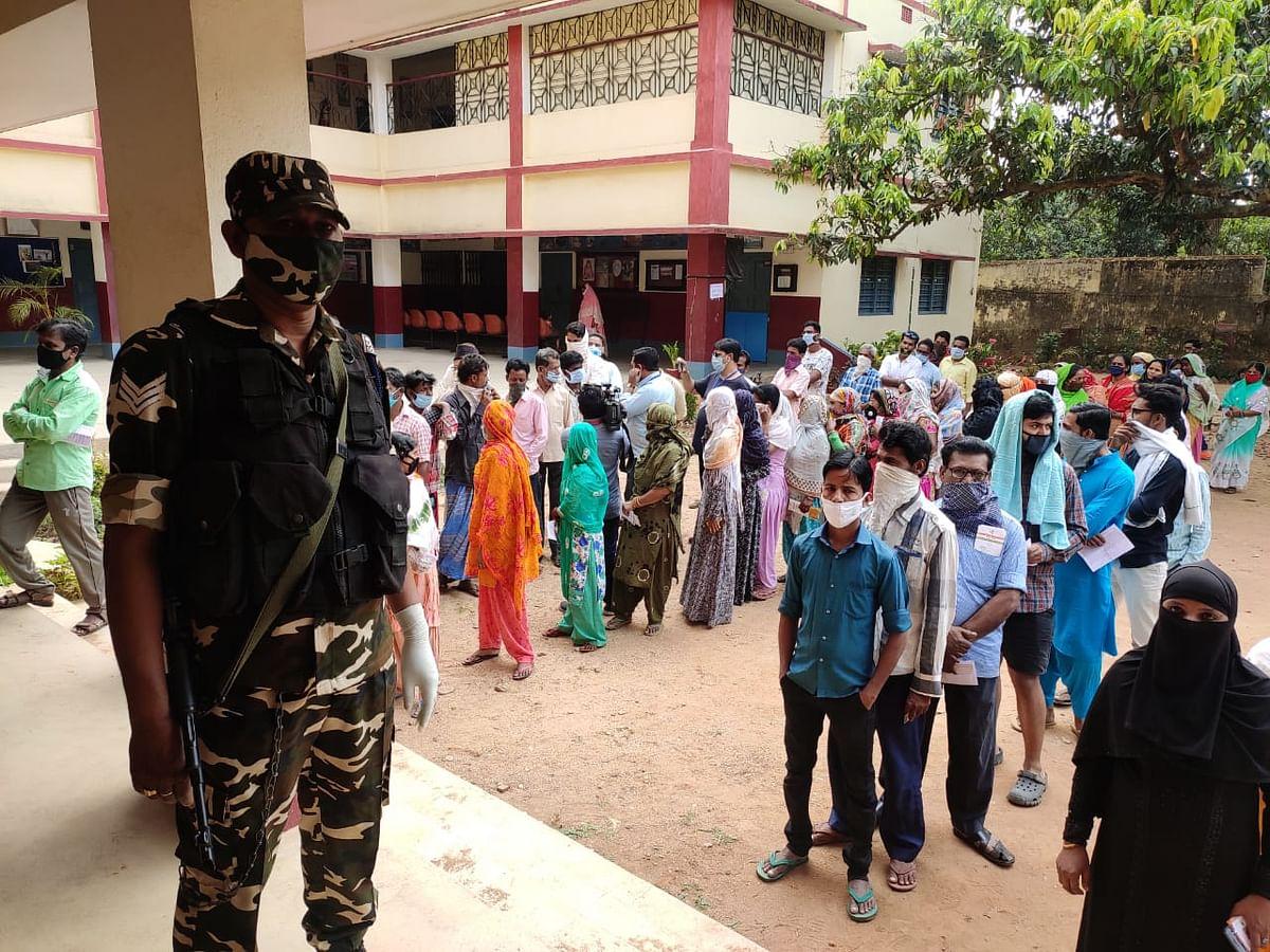Madhupur By Election 2021 LIVE : मधुपुर शहरी क्षेत्र के एक बूथ पर पीठासीन पदाधिकारी पाये गये कोरोना पाॅजिटिव, बूथ को सैनिटाइज करने के बाद दोबारा शुरू हुई वोटिंग