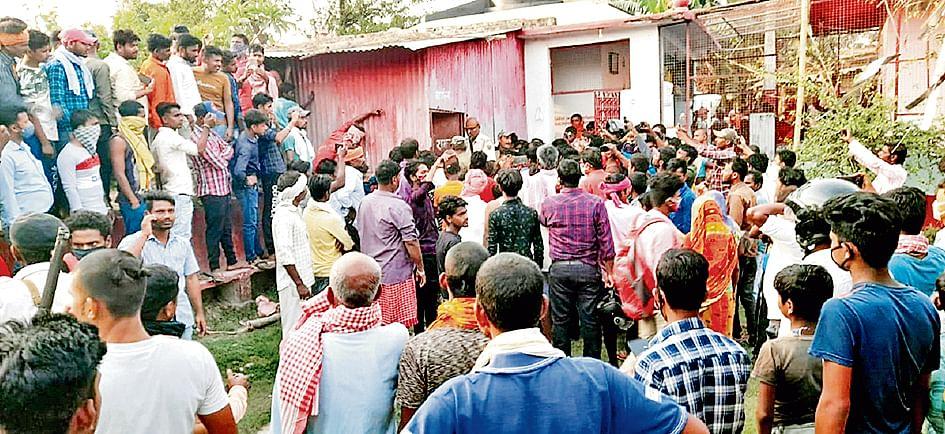 दरभंगा में महज अफवाह पर मंदिर के पुजारी की जमकर पिटाई , बचाने पहुंची पुलिस टीम पर ग्रामीणों ने किया पथराव