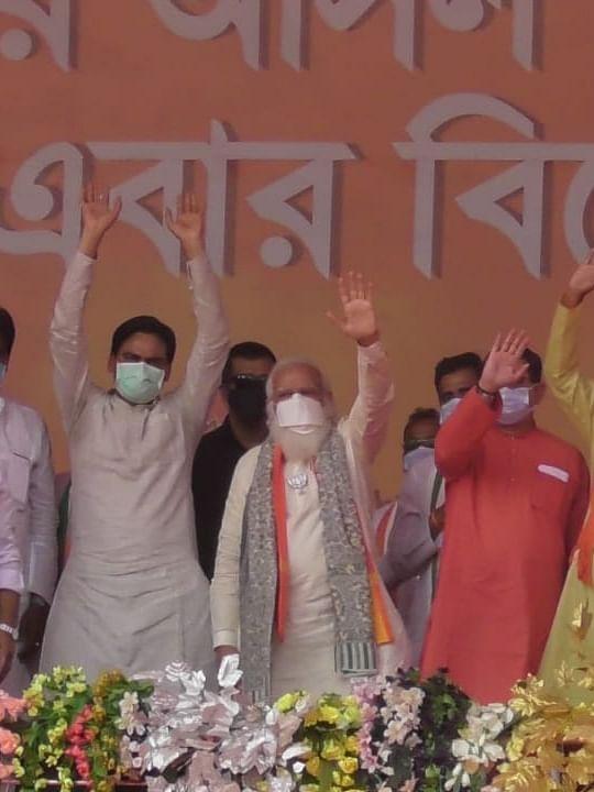 पीएम मोदी की रैली की दो तस्वीरें