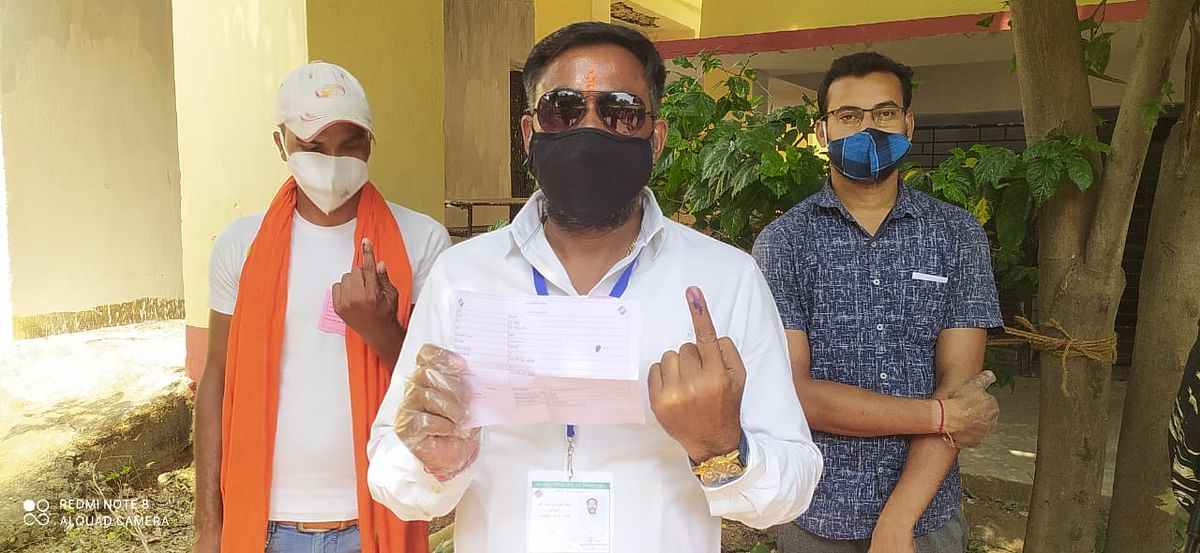 बीजेपी प्रत्याशी गंगा नारायण सिंह ने की वोटिंग