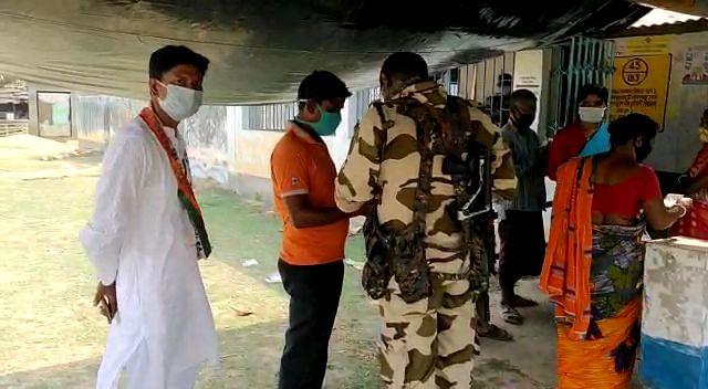 जब TMC का सिंबल पहनकर नेताजी पहुंचे बूथ, वोटर्स को प्रभावित करने का आरोप, ECI से शिकायत