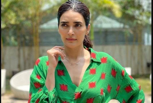 करिश्मा तन्ना की इस ड्रेस की कीमत से आप खरीद सकते हैं मोबाइल फोन, जानें