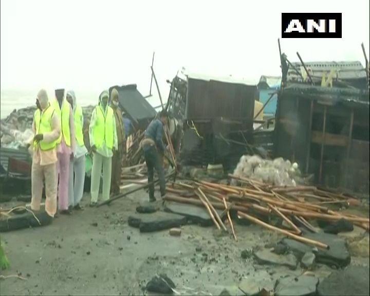 Cyclone Yaas Updates : लैंडफाॅल के बाद भी कहर जारी, ओडिशा में सड़कें टूटी, चेकपोस्ट हवा में उड़े,बंगाल में एक करोड़ लोग प्रभावित, झारखंड में भारी बारिश
