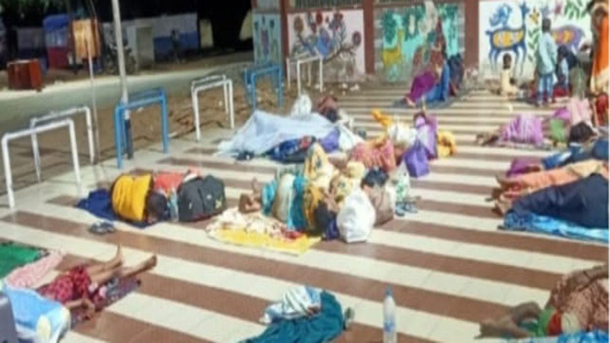 Indian Railways News : रात में ट्रेन से लौटे यात्री चक्रधरपुर रेलवे स्टेशन में फंसे, बिना भोजन-  पानी भूखे पेट रात गुजरी