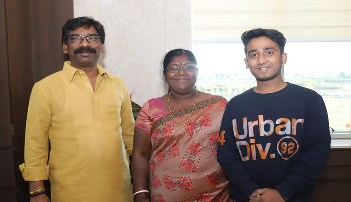 सब्जी दुकानदार के बेटे की प्रतिभा को सीएम हेमंत ने सराहा, पढ़ाई के लिए दिये एक लाख रुपये
