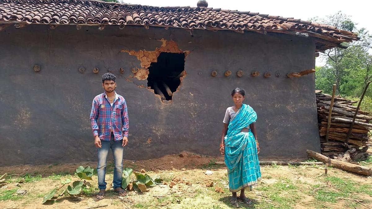 Jharkhand news : जंगली हाथी द्वारा किये गये क्षतिग्रस्त घर को दिखाते अपनी मां के साथ मिरगी गांव का संदीप लोहरा. घर में रखे एक क्विंटल धान भी खाया.