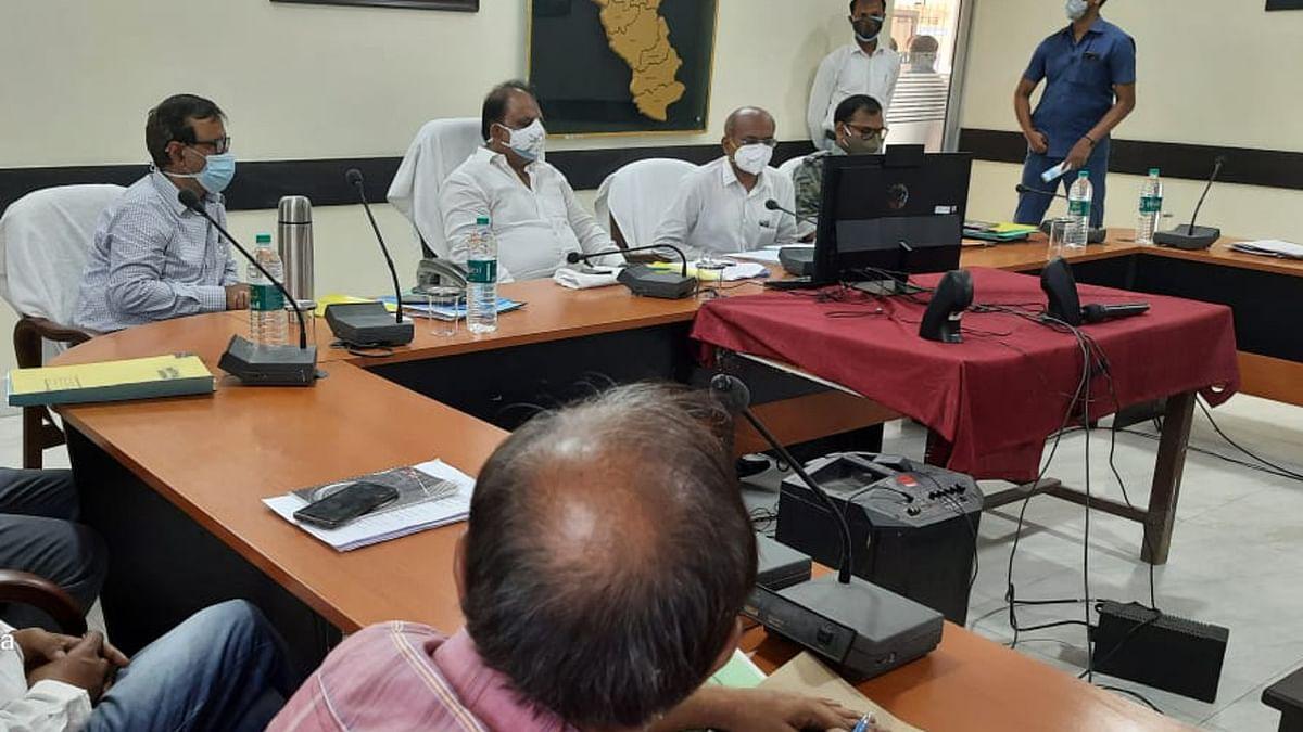 झारखंड के मंत्री मिथिलेश ठाकुर ने गढ़वा में अधिकारियों को दिये निर्देश, बोले- संक्रमण की चेन को तोड़ना सरकार की पहली प्राथमिकता