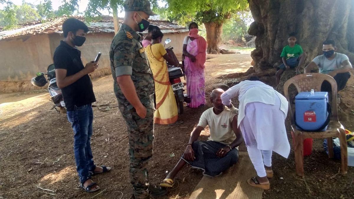 प्रभात खबर इंपैक्ट : गुमला के चैनपुर में कल तक ग्रामीण कर रहे थे विरोध, आज पेड़ के नीचे बोरा बिछाकर लगाया कोरोना वैक्सीनेशन कैंप