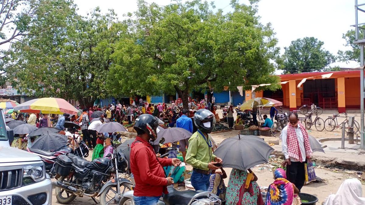झारखंड में मिनी लॉकडाउन के बावजूद बड़कागांव के कई बाजारों में लोगों की उमड़ती है भीड़.