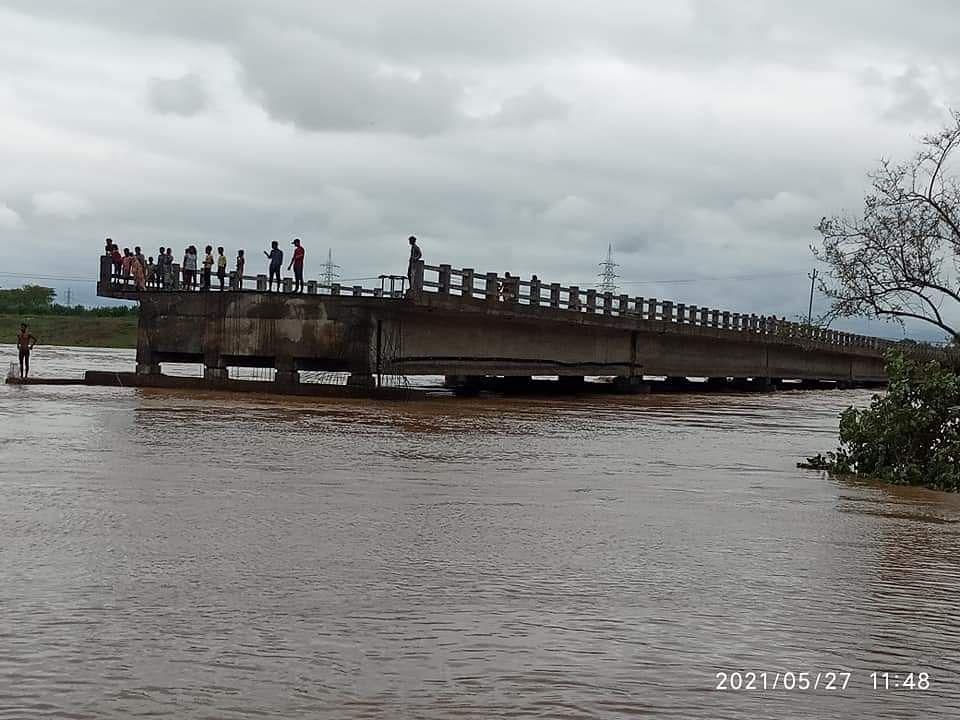 Yaas Cyclone Update In Jharkhand : चक्रवाती तूफान यास से पानी-पानी हुआ सरायकेला, नदियों का जलस्तर बढ़ने से बाढ़ जैसे हालात, जिला मुख्यालय से कटा संपर्क