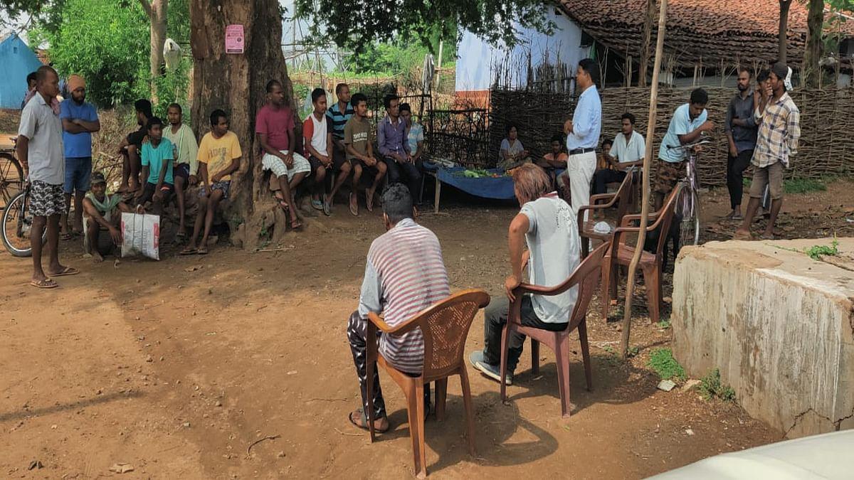 कोरोना वैक्सीन को लेकर ग्रामीणों के बीच संशय दूर करने की कोशिश, आदिवासी समाज और स्वयंसेवी संगठन ग्रामीणों को कर रहे जागरूक