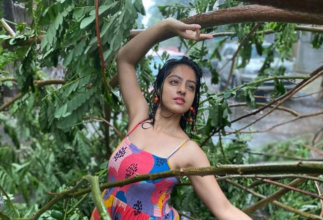 Tauktae Cyclone में Deepika Singh ने करवाया फोटोशूट,  'दीया और बाती हम' फेम एक्ट्रेस ने पेड़ के सामने 'साइबो' गाने पर किया जमकर डांस