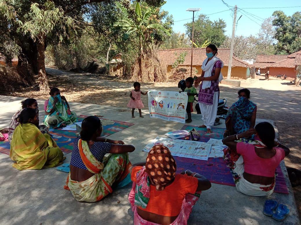 Coronavirus In Jharkhand : सखी मंडल की 23 लाख दीदियां कोरोना वॉरियर्स के रूप में ग्रामीणों को कर रहीं जागरूक, दुमका की सावित्री दीदी ने 100 से अधिक लोगों को लगवाये टीके