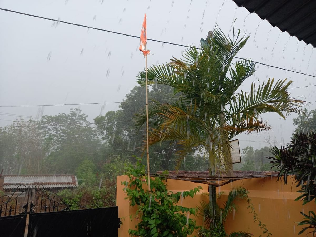 खरसावां में चक्रवात का असर, हो रही बारिश