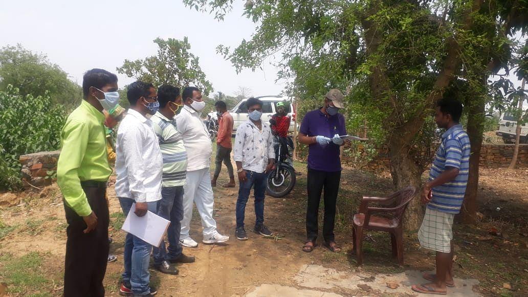 Ration In Jharkhand : कोरोना काल में भी राशन की कालाबाजारी, गरीबों के निवाले पर ऐसे डाल रहे डाका, डोर स्टेप डिलीवरी एजेंसी व 2 राशन डीलरों को शोकॉज, पढ़िए राशन घोटाला का कैसे हुआ खुलासा