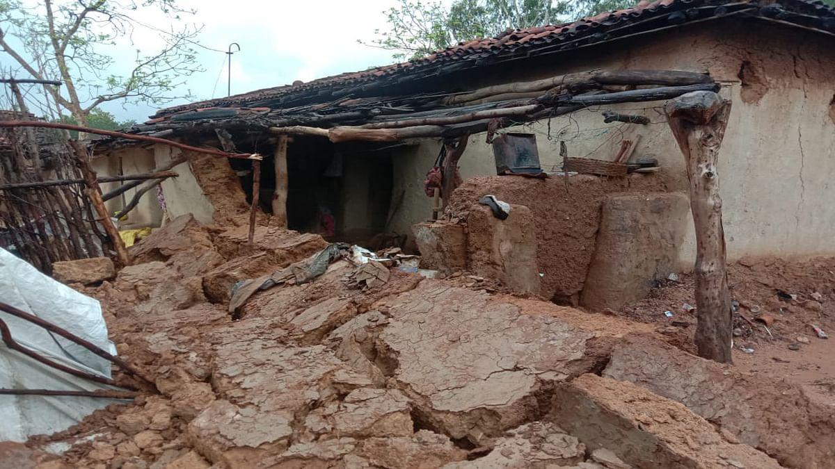 Jharkhand news : लगातार बारिश के कारण हजारीबाग के बरही में कई मिट्टी के घर और दीवार गिरे.