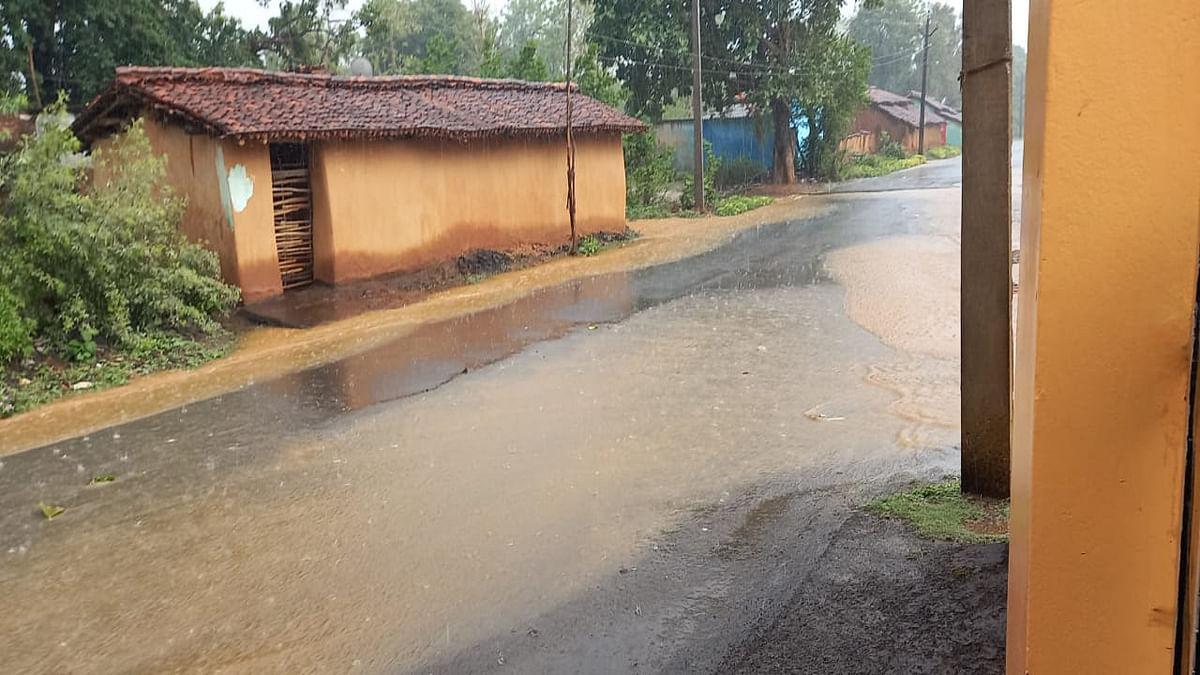 लगातार हो रही बारिश से सड़कों की खुली पोल, सड़क में गड्ढे ही गड्ढे, हो रही है परेशानी