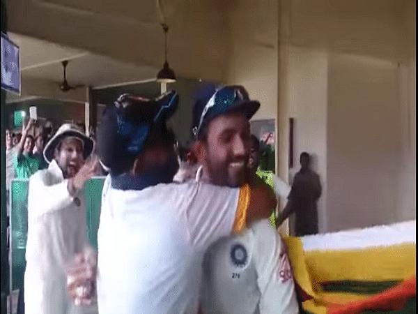VIDEO: जब श्रीलंकाई फैन ने रहाणे को जबरदस्ती किया किस, कोहली-रोहित ने मजे लेते हुए दिया ऐसा रिएक्शन