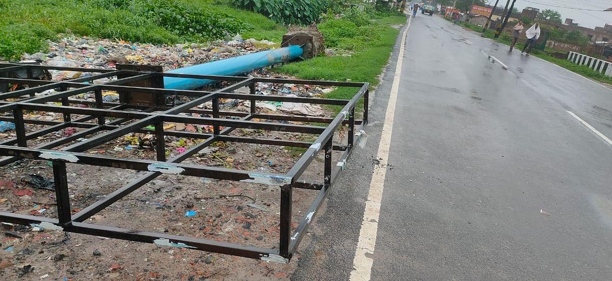 सीतामढ़ी में सड़क किनारे गिरे लोहे के होर्डिंग