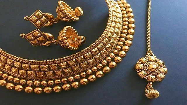 Discount On Physical Gold: सोने पर मिल रहा है भारी डिस्काउंट, 9,500 रुपये तक सस्ता हुआ फिजिकल गोल्ड, आप भी उठाएं मौके का फायदा