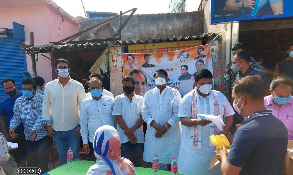 Rajiv Gandhi Death Anniversary 2021 : पूर्व प्रधानमंत्री राजीव गांधी की पुण्यतिथि आज, झारखंड कांग्रेस ने गरीबों की ली सुध, कोरोना काल में बांटे मास्क व सैनिटाइजर