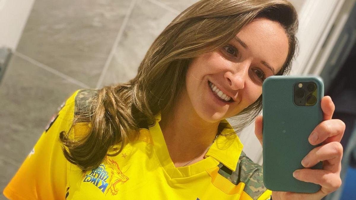IPL 2021 के सस्पेंड होने से उदास थी इंग्लैंड की ये महिला खिलाड़ी तो धौनी की CSK ने भेजा खास गिफ्ट