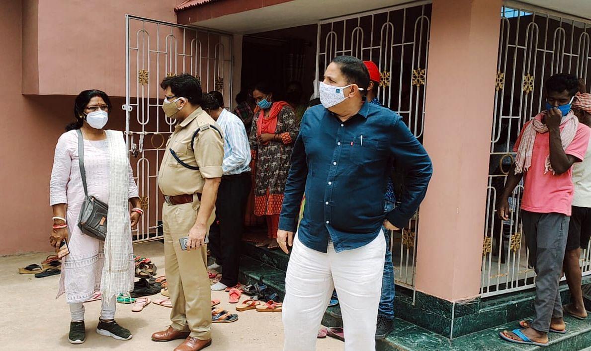 मृतका के घर पहुंचे साहिबगंज डीएसपी प्रमोद कुमार मिश्र