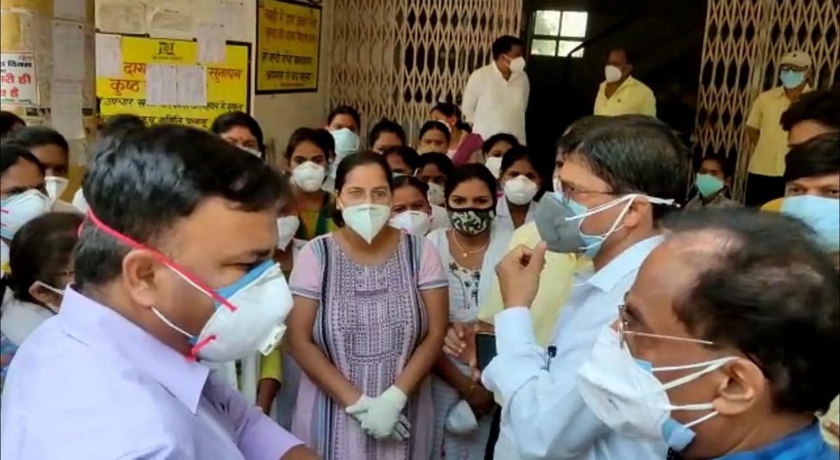 Coronavirus In Jharkhand : कोरोना संक्रमित महिला की मौत से आक्रोशित परिजनों का पलामू के MMCH में हंगामा, कोविड वार्ड में नर्स व महिला डॉक्टर पर हमला, आश्वासन के बाद काम पर लौटे स्वास्थ्यकर्मी